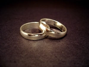 Image of 2 rings to show the costs of our Divorce Lawyers.